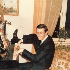 1965 A Derek am Klavier