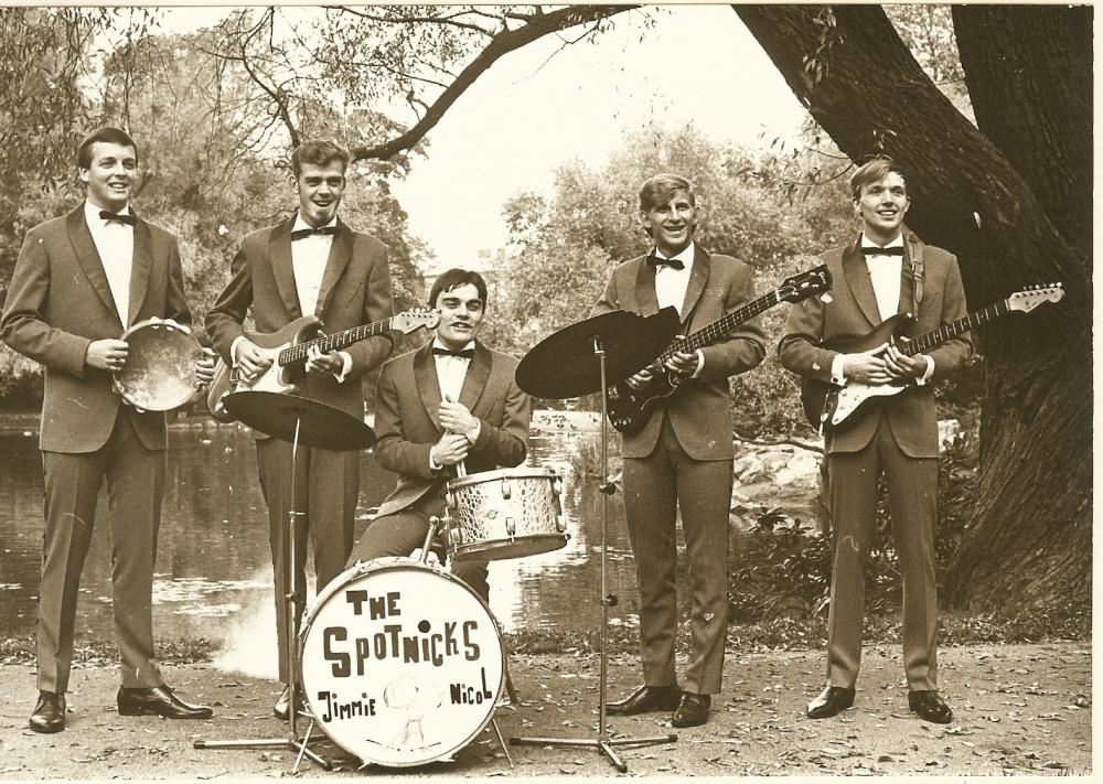 1966 Spotnicks Gruppenfoto draussen 2