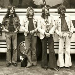 1974 05 Gruppenfoto vor Bus (2)