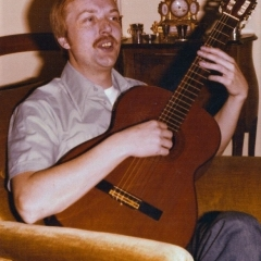 1975 bob at home with guitar