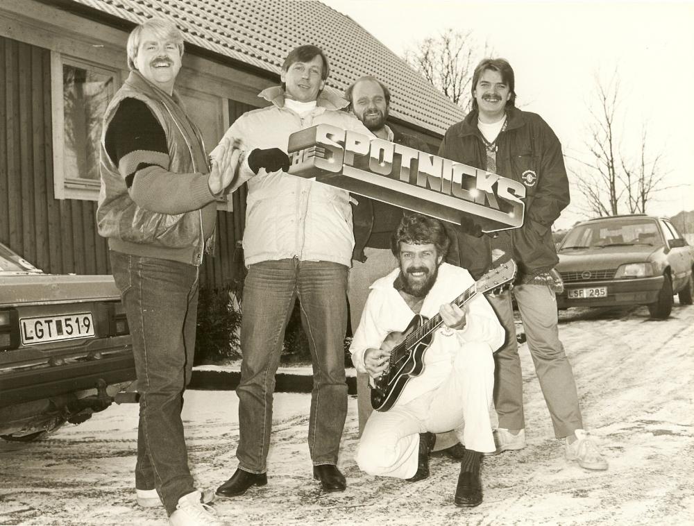 1983 11 Spotnicks outside