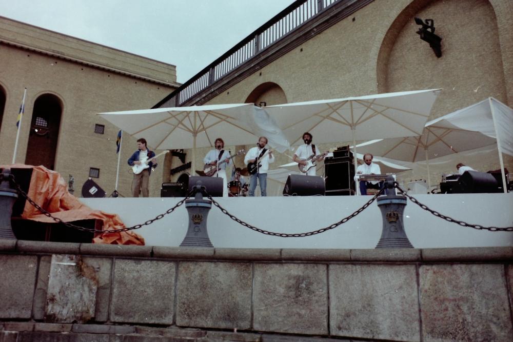 1985-06-22 THE SPOTNICKS Live On TV 'Avenyn Upp Och Ned